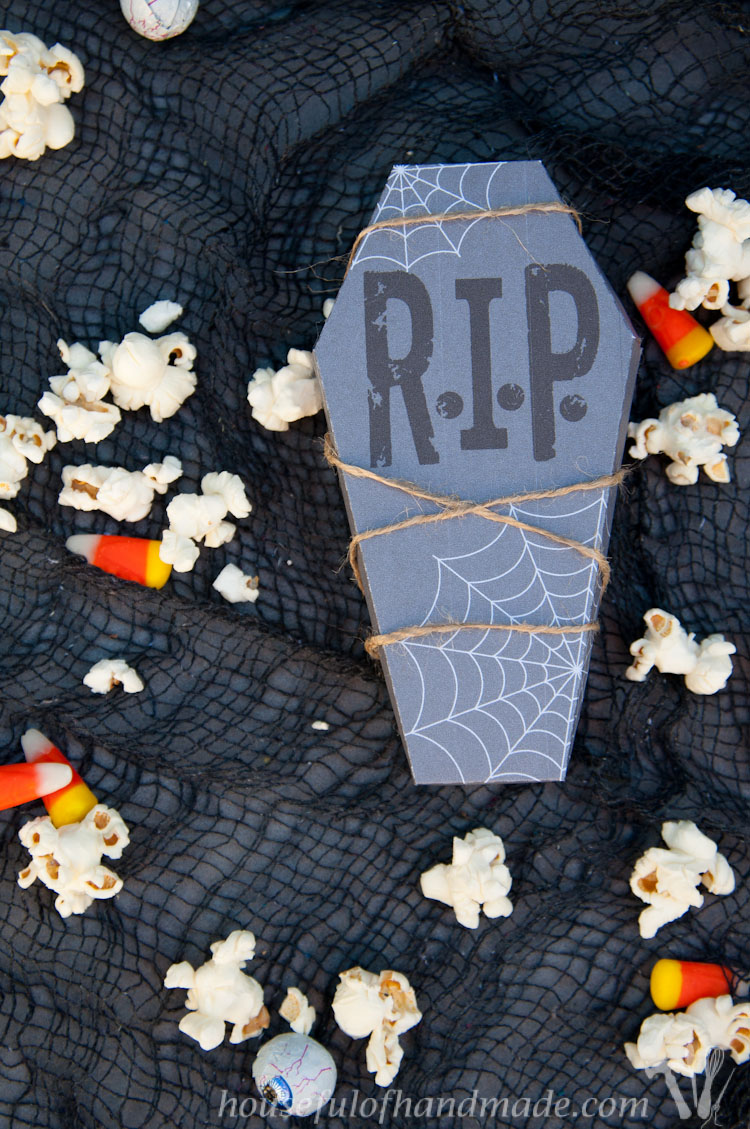Get ready for Halloween treats with these Free Printable Halloween Coffin Treat Boxes. These treat boxes are perfect for making Halloween a little spookier!  OHMY-CREATIVE.COM