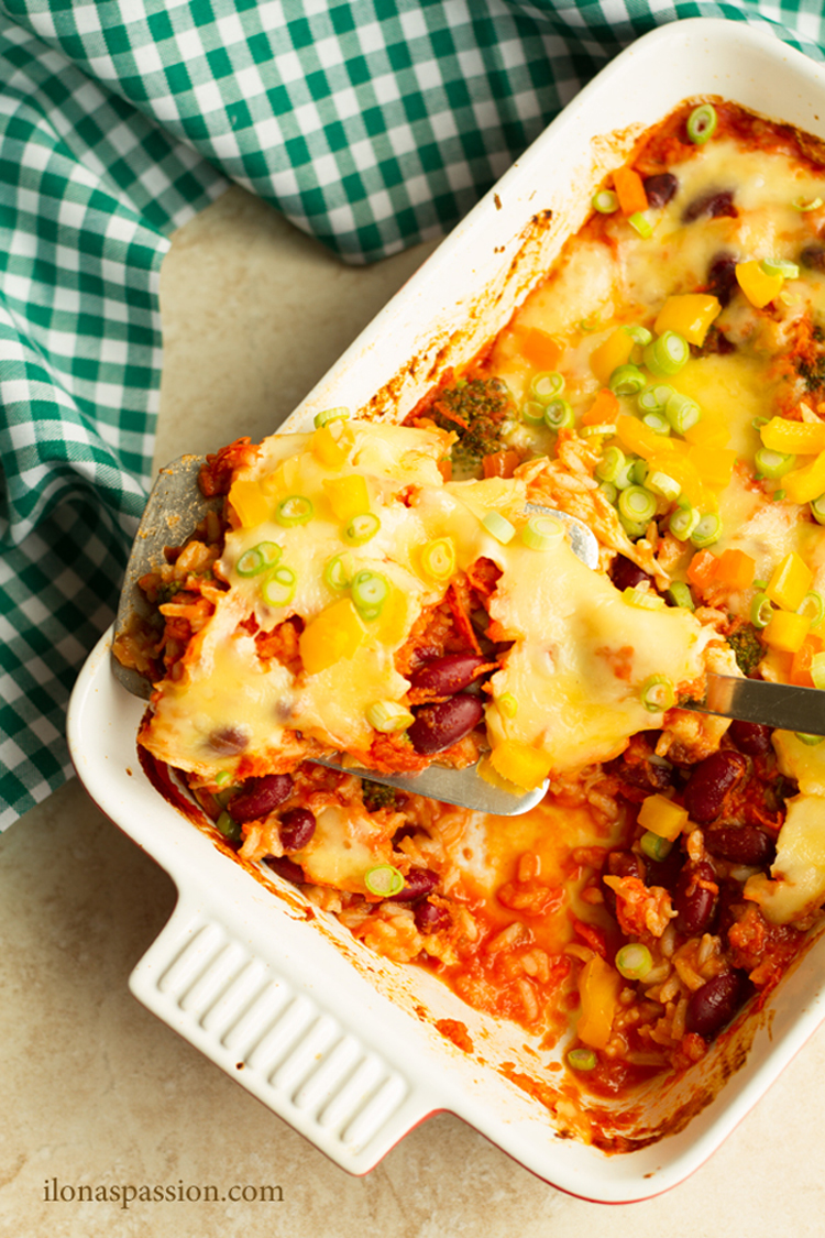 Perfect for weeknight dinner - Easy Broccoli Casserole with kidney beans, cheese and rice. A great meatless dinner idea! I OHMY-CREATIVE.COM