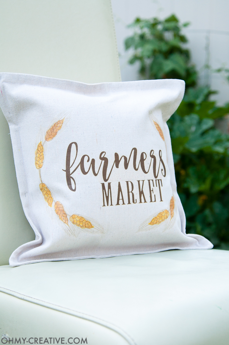 It's time to decorate you home for fall! Make this easy DIY farmhouse fall decor pillow in just a few minutes to celebrate the cooler weather. | OHMY-CREATIVE.COM