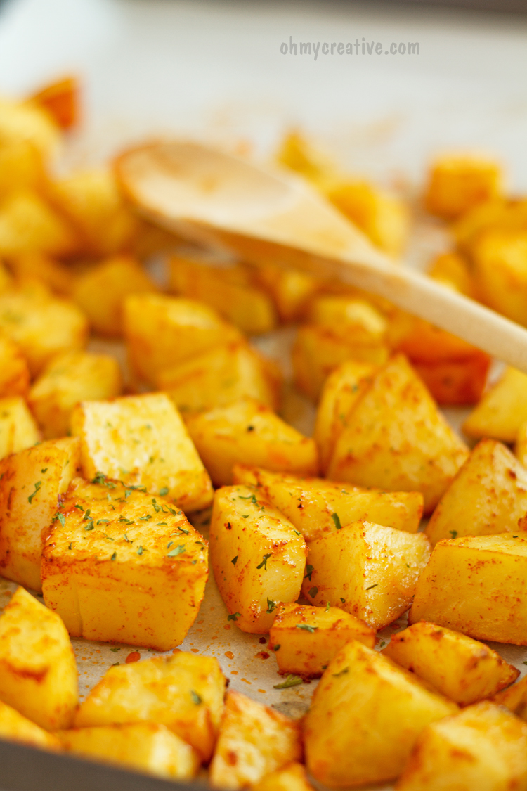 Easy Baked Sweet Paprika Potatoes     OHMY-CREATIVE.COM      Side Dish   Oven Roasted Potatoes   Dinner   Recipe   Comfort Food