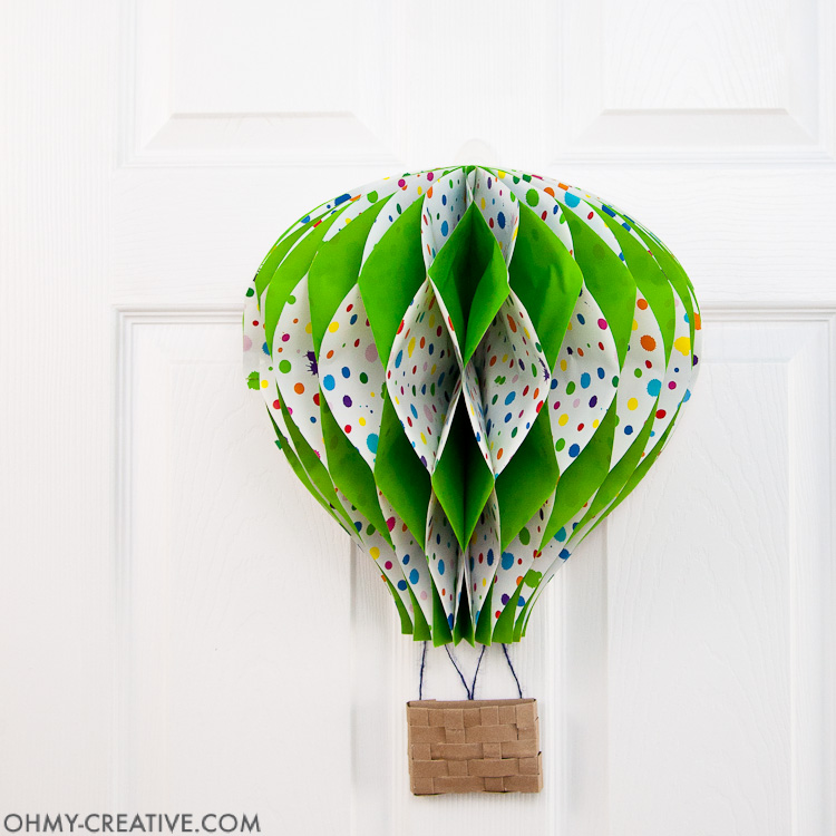 DIY Hot Air Balloon Decor || OHMY-CREATIVE.COM | Paper Hot Air Balloon | Unique Spring Wreath | Paper Crafts | Paper Decor | Spring Decor | Summer Decor | Nursery Decor | Hot Air Balloon Craft