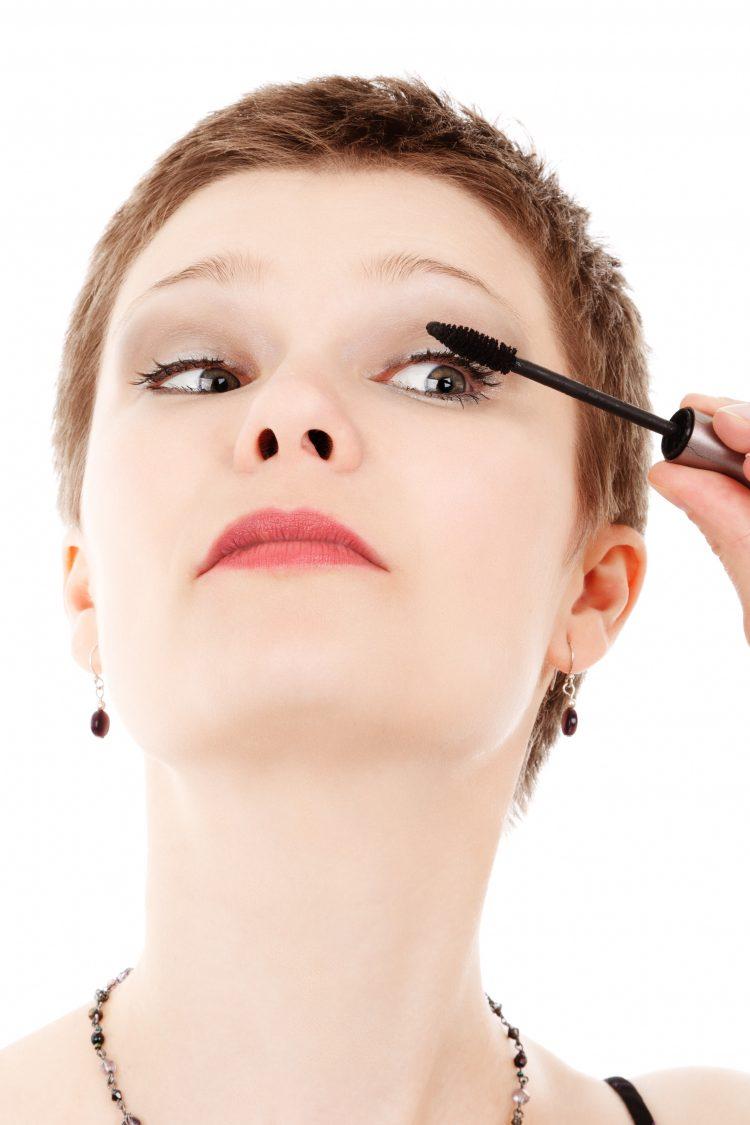 Anti-Aging Tips For Beautiful Skin | OHMY-CREATIVE.COM | anti aging skin care | anti aging products | skin care for 40's | skin care for 50's | aging skin care makeup | look younger | sunscreen | sun hats | skin peel | beauty tips | applying mascara