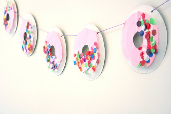 Paper Plate Doughnut Garland Craft | 20 PAPER PLATE CRAFTS FOR KIDS | OHMY-CREATIVE.COM | kids crafts | paper plates | preschool crafts | kindergarten crafts | school kids crafts | Under the sea crafts | paper plate animal crafts | rainbow craft | olympics craft | watermelon craft | monster craft | paper craft