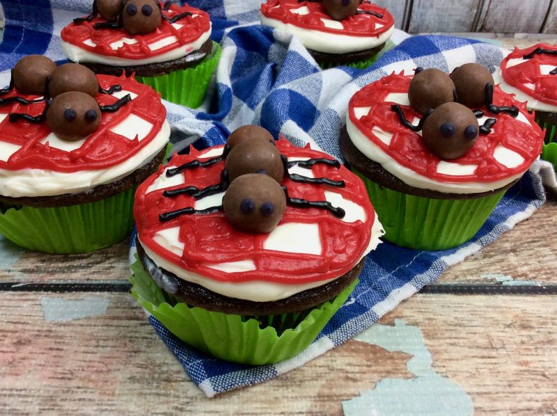 These Ant Picnic Cupcakes are perfect to add to your picnic menu! | OHMY-CREATIVE.COM | picnic idea | Picnic food | picnic dessert | easy picnic food | picnic table cupcakes | best picnic foods | good picnic foods | ant cupcakes | malted milk ball ants