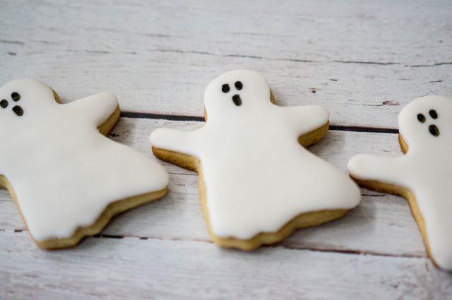 Oh-My Creative   Creative Halloween Treats   Halloween Snacks   Halloween Desserts   DIY Desserts   Fall Desserts   Fall Recipes   Kid Treats   Ghost Treats  