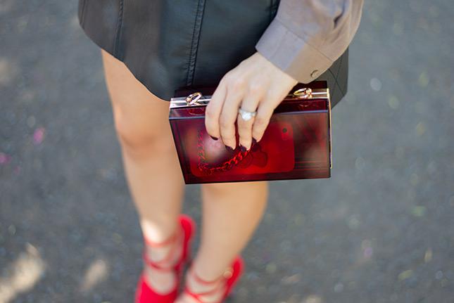 look do dia saia couro renner camisa riachuelo look chique arrumado sapato sammydress sapato vermelho camisa seda blog de moda oh my closet clutch acrylic it bag store ray ban wayfarer