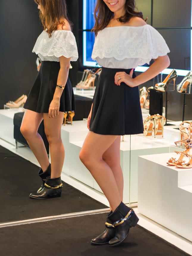 Ankle boot flat com corrente da Schutz nos pés de Mônica Araújo.