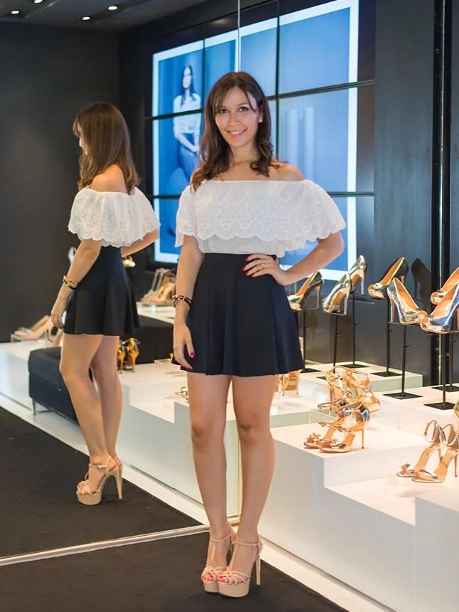 Mônica Araújo usa sandália nude na Schutz Ribeirão Preto.