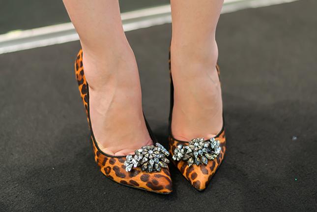 Scarpin animal print com broche Schitz nos pés de Mônica Araújo.