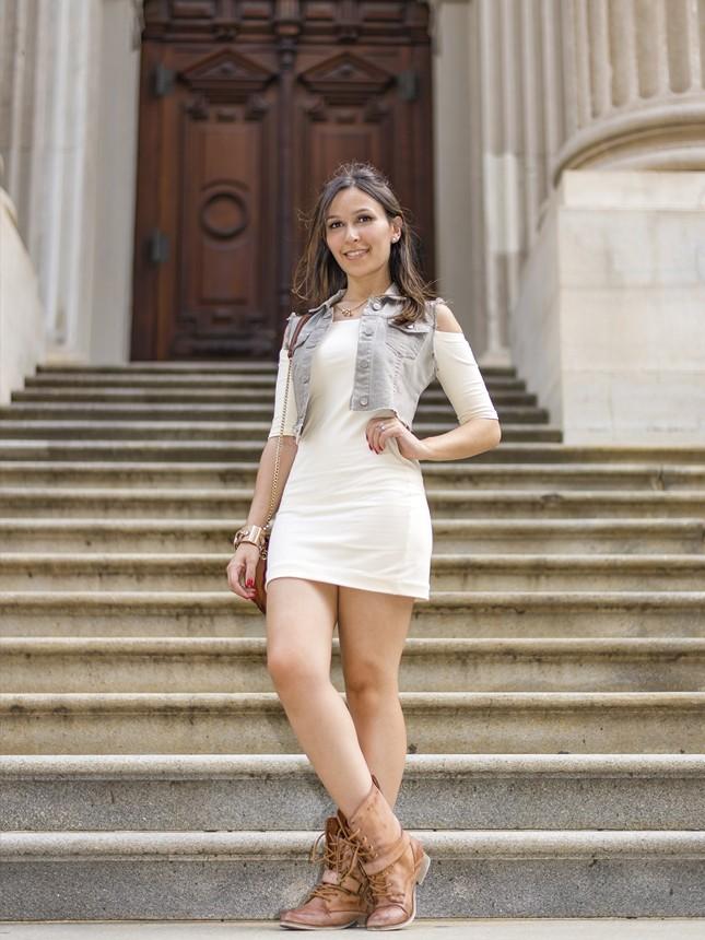 A blogueira Mônica Araújo com NYC outfit, pelas ruas do Financial District.