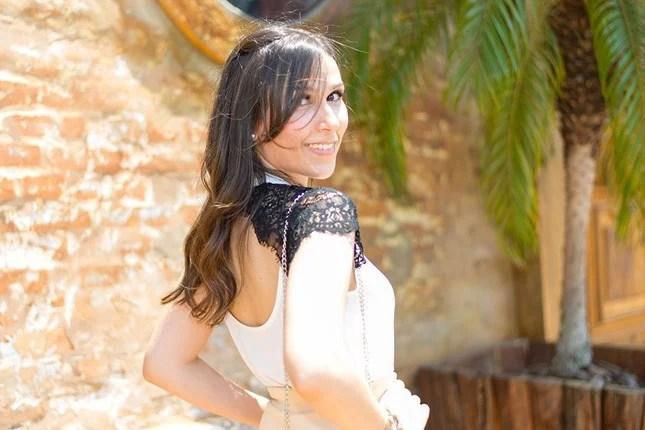 Mônica Araújo veste blusa com decote nas costas by Donna Ritz.