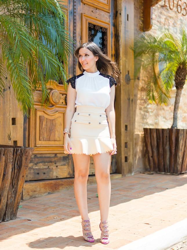 Look com tons neutros e saia Cloude da blogueira Mônica Araújo.