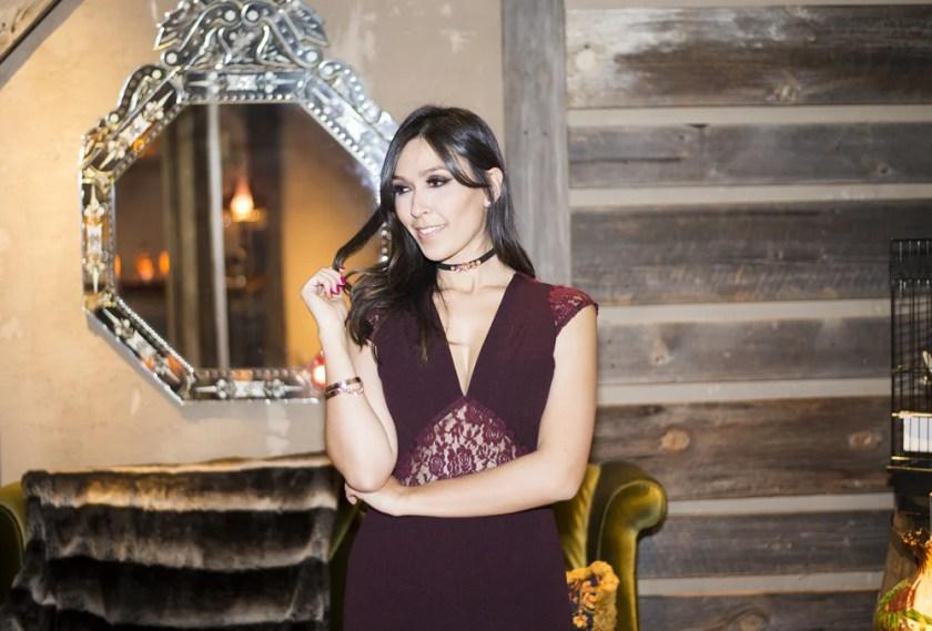 Tem vestido burgundy da S Trend no look da influencer Mônica Araújo. Confira no Oh My Closet!