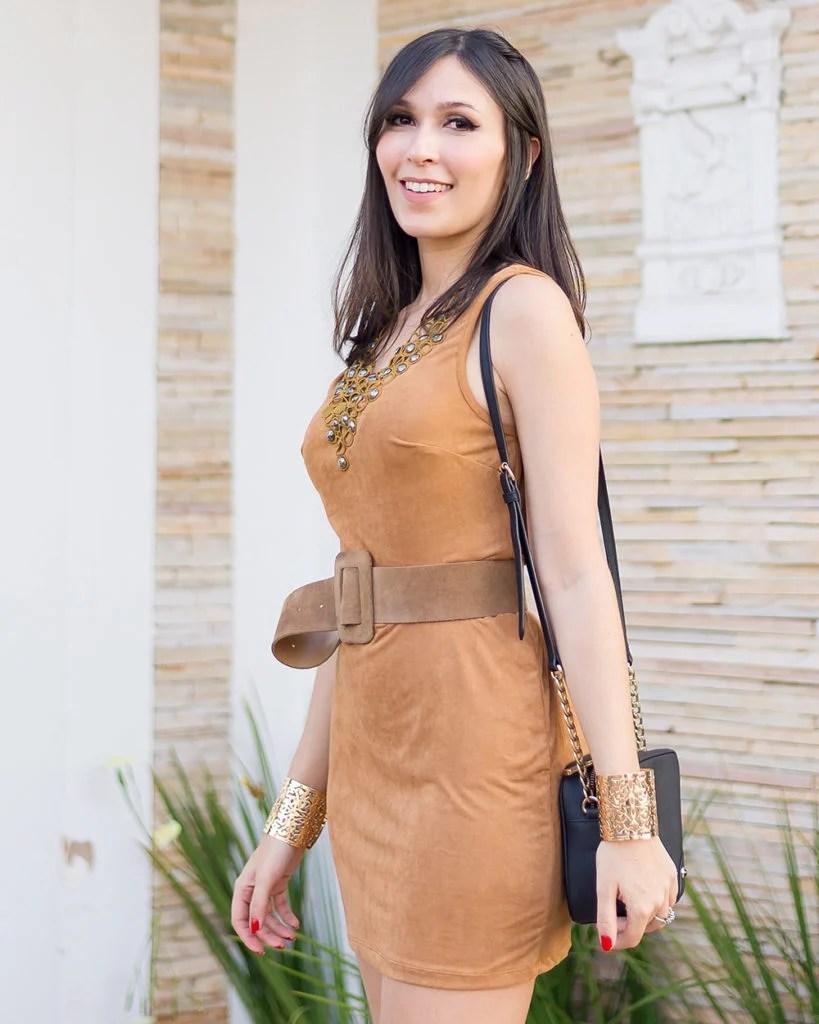 Detalhes do vestido de suede da Ypslon Atacado no look da influencer Mônica Araújo.