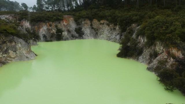 Durch Schwefel neongelb gefärbter Kratersee