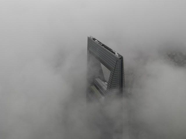 Shanghai ein Blick auf die Zukunft: Shanghai World Financial Center in den Wolken