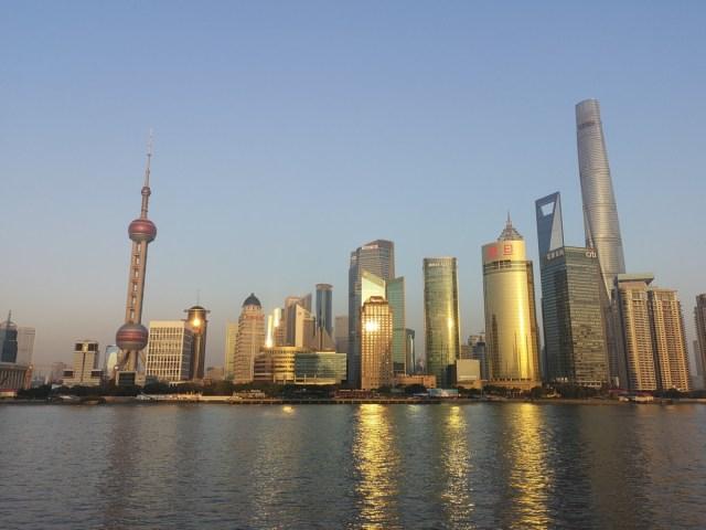 Shanghai ein Blick auf die Zukunft: Skyline von Pudong vom Bund aus gesehen