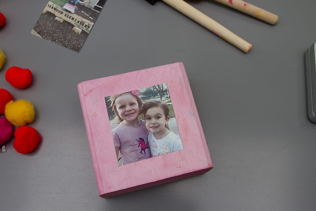 Audrey of Oh So Lovely Blog shares a super easy DIY photo block tutorial! Makes a perfect handmade day gift for any occasion.