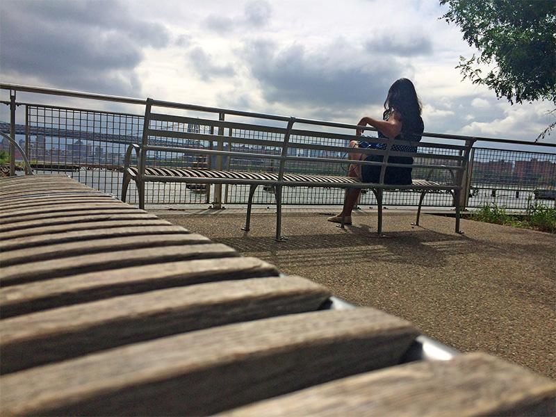 Adorei essa no waterfront de Williamsburg com os bancos compondo a imagem. Se tivesse alguém comigo lá, jamais iria pensar em pedir para tirar uma foto assim.