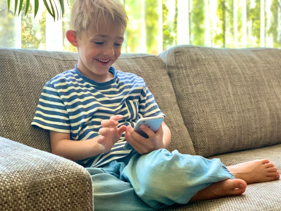 kind met mobiel