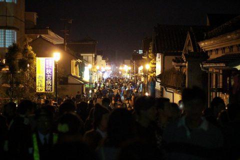 江戸時代の町並みの夜がこんな賑わいに。