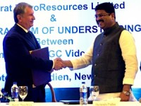 Source: Rosneft. Rosneft CEO Igor Sechin and Indian Oil Minister Dharmendra Pradhan.