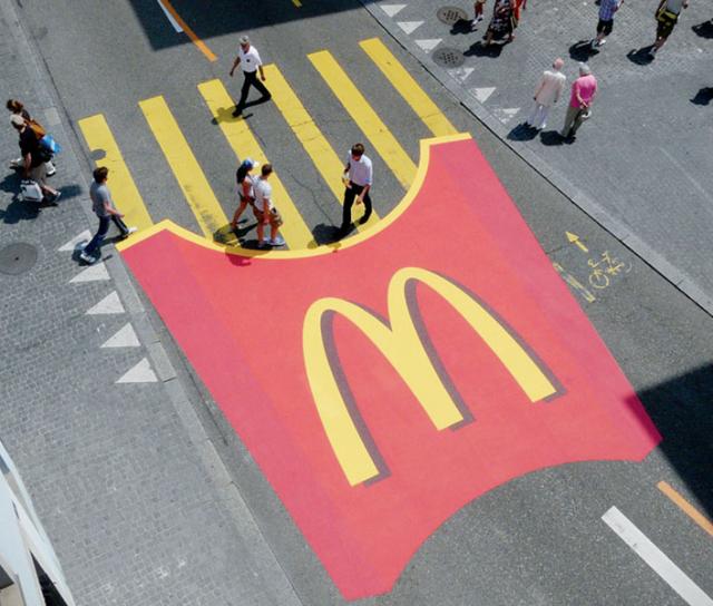 Paso peatonal de papitas fritas