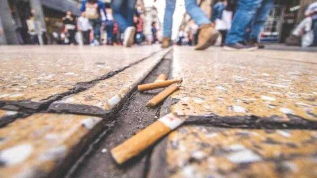 Impondrán una multa a las personas que tiren colillas de cigarro