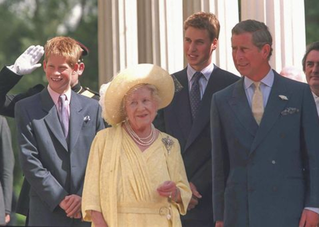 Los príncipes Harry y William con su bisabuela