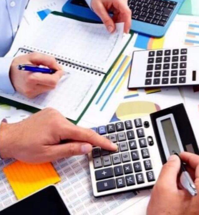 Imagen: Un contador atiende a un cliente con su declaración de impuesto, 28 de octubre de 2019 (Imagen: Especial)
