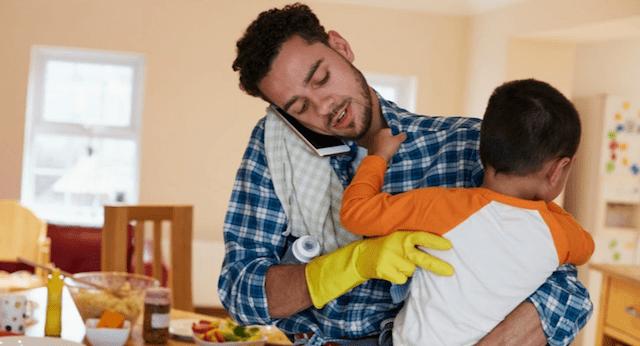 29/11/2019. Trabajo no remunerado. Hombre cargando a bebé en brazos