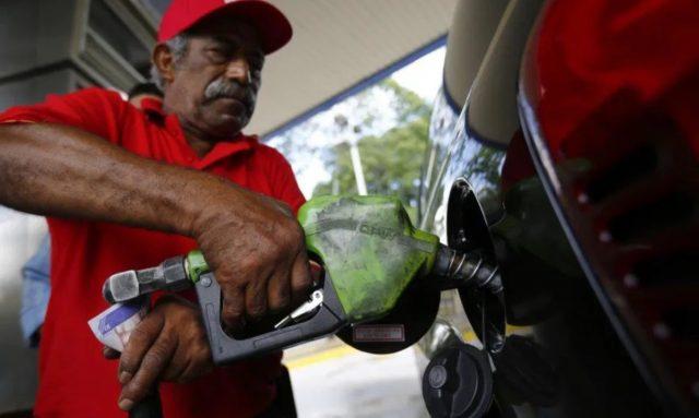 Imagen: Llenan de gasolina a un automóvil en Venezuela, 5 de noviembre de 2019 (Imagen: Especial)