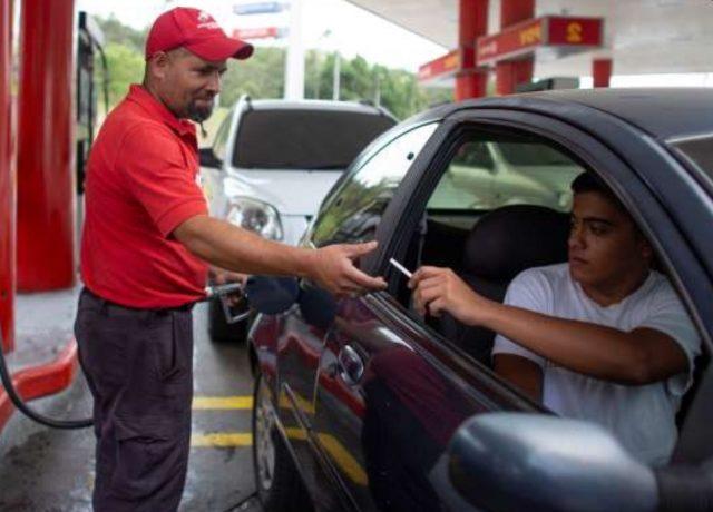 Imagen: Un cigarro a cambio de recibir gasolina en Venezuela, 5 de noviembre de 2019 (Imagen: Especial)