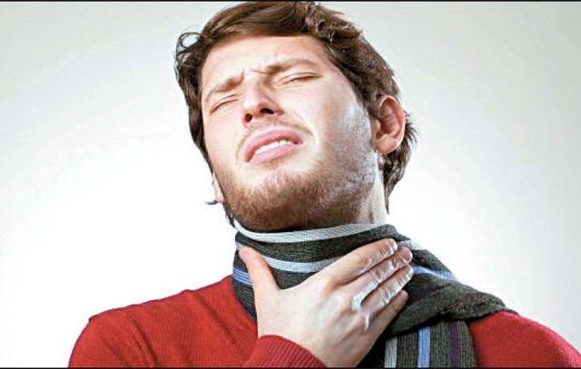30 de diciembre de 2019, dinero, finanzas personales, dolor garganta, un hombre padece dolor de garganta en el trabajo (Imagen: Especial)