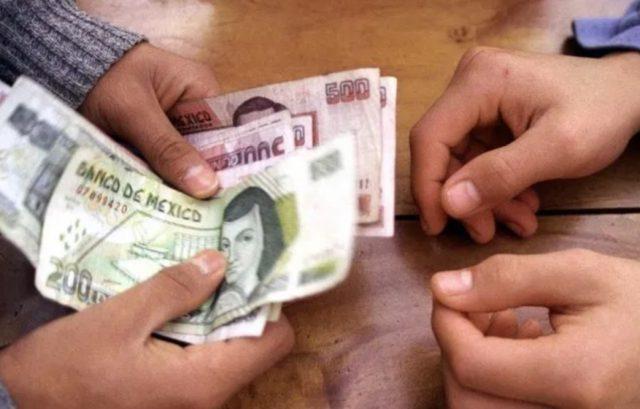 17 de diciembre de 2019, aguinaldo, dinero, el intercambio de billetes entre personas (Imagen: Especial)