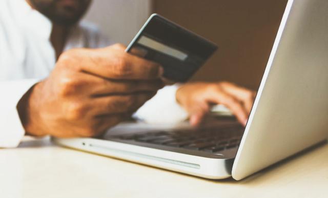 Trámites crediticios, Persona, Computadora, Tarjeta de Crédito, Historial Crediticio, Buró de Crédito, Score Crediticio