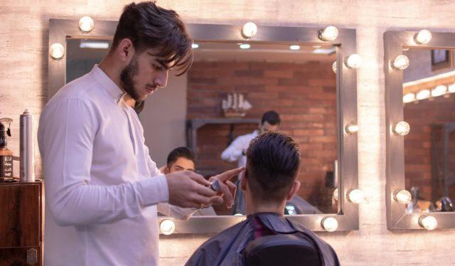 10 de enero de 2020, dinero, empleo, habilidades, un peluquero perfecciona sus habilidades (Imagen: Unsplash)