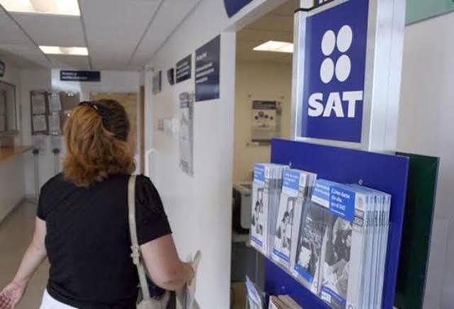 sat, dinero, contribuyentes, un contribuyente en oficinas del SAT (Imagen: Especial)