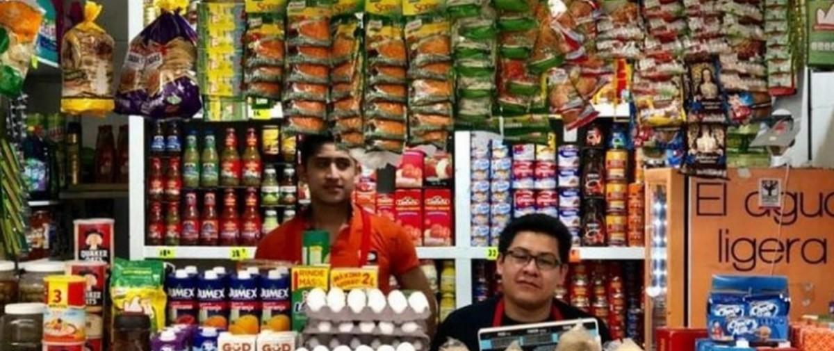 cuesta enero, encargados en una tienda de abarrotes (Imagen: Especial)