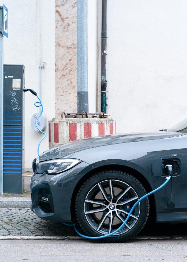 parte delantera de vehículo eléctrico (Imagen: Unsplash)