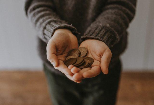 19 de febrero de 2020, manos con dinero (Imagen: Unsplash)