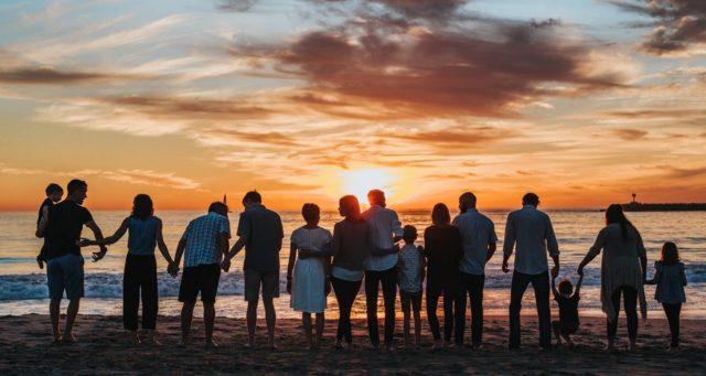4 de febrero de 2020, familias, dinero, familias disfrutan puesta del sol (Imagen: Unsplash)