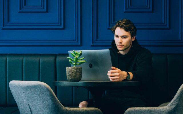 26 de febrero de 2020, un hombre frente a una computadora (Imagen: Unsplash)