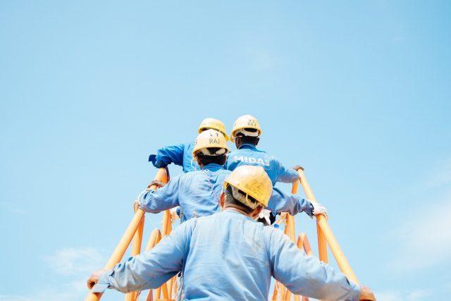 10 de marzo de 2020, trabajadores con cascos (Imagen: Unsplash)