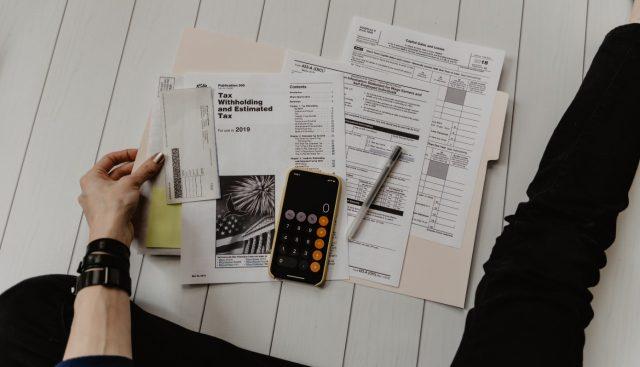 revisar facturas para presentar declaración de impuestos (Imagen: Unsplash)