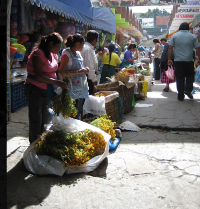 27 de marzo de 2020, vendedores en un mercado (Imagen: Twitter @SYoungReports)