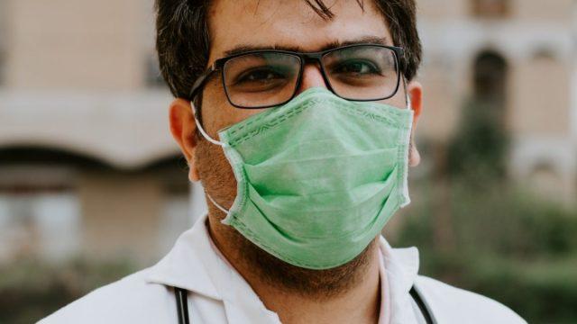 3 de marzo de 2020, un médico con cubrebocas (Imagen: Unsplash)