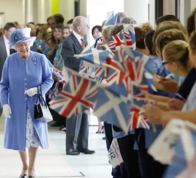 Reina Isabel II camina (Imagen: Twitter @KensingtonRoyal)