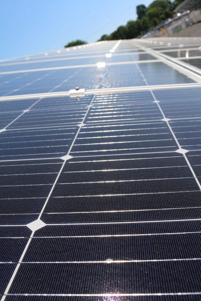 Casa con celdas solares (Imagen: Twitter Unsplash)