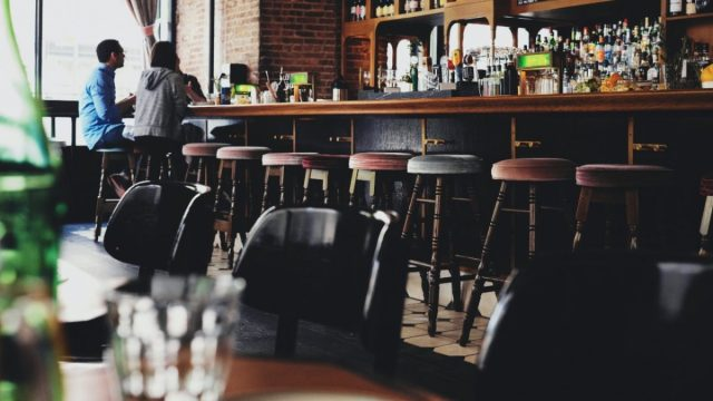 Cervezera apoyará bares (Imagen: Unsplash)